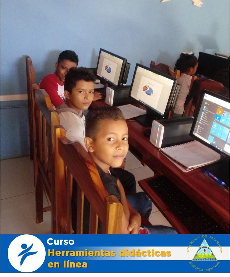 Adolescentes usando computadoras
